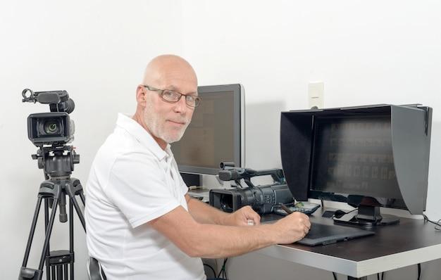 Video-editor in zijn atelier Premium Foto