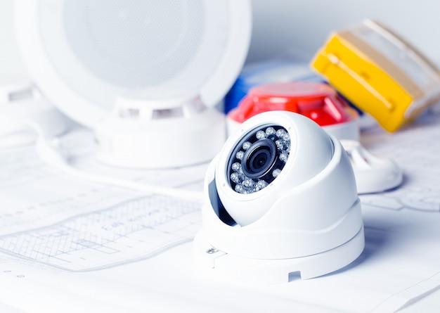 Videobeveiligingsapparatuur en blauwdruk op een tafel. goed voor beveiligingsbedrijf Premium Foto
