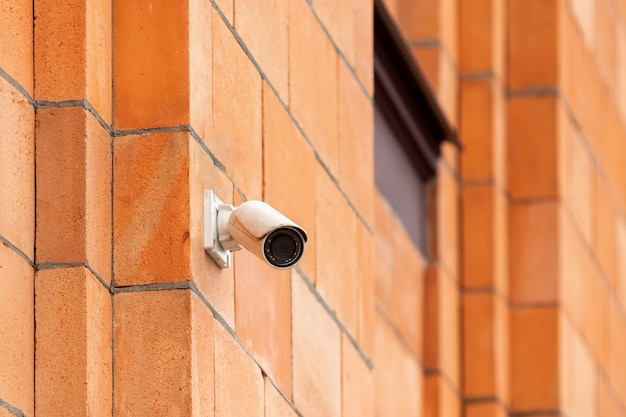 Videocamerabeveiligingssysteem op de muur van het gebouw. Premium Foto