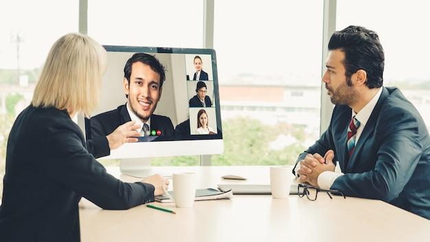 Videogesprek groep mensen uit het bedrijfsleven bijeen op virtuele werkplek of externe kantoor Premium Foto