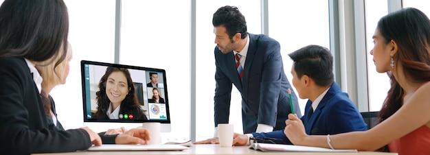 Videogesprek groep mensen uit het bedrijfsleven bijeen op virtuele werkplek of op afstand kantoor Premium Foto
