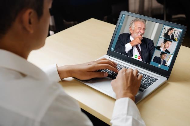 Videogesprek mensen uit het bedrijfsleven bijeen op virtuele werkplek of externe kantoor Premium Foto