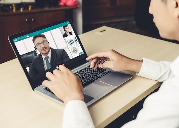 Videogesprek zakenmensen bijeen op virtuele werkplek of externe kantoor Premium Foto