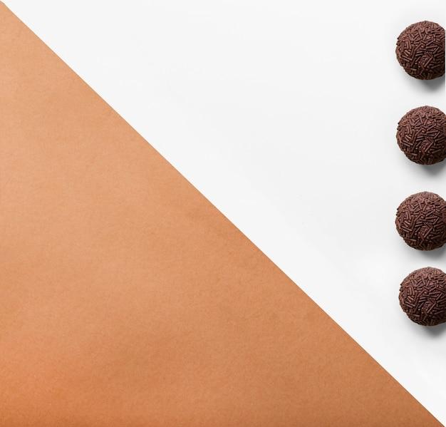 Vier ballen van chocoladebal met sprinkles op dubbele achtergrond Gratis Foto
