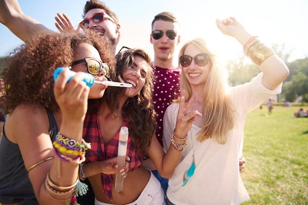 Vier de zomerdag op een muziekfestival Gratis Foto