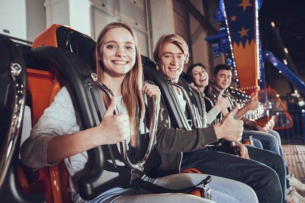 Vier jonge vrienden steken hun vinger op. Premium Foto