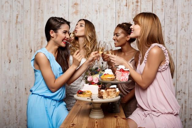 Vier mooie meisjes rusten op feestje. Gratis Foto