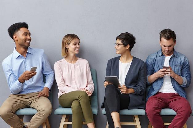 Vier niet bekende jongeren voeren een levendig gesprek Gratis Foto