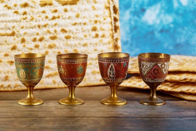 Vier wijnbekers met matzah. joodse feestdagen pascha. Premium Foto