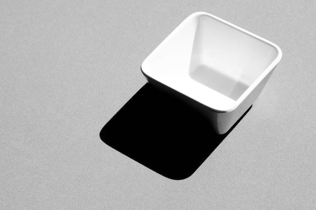 Vierkante kom leeg op grijs - zwart-wit Premium Foto