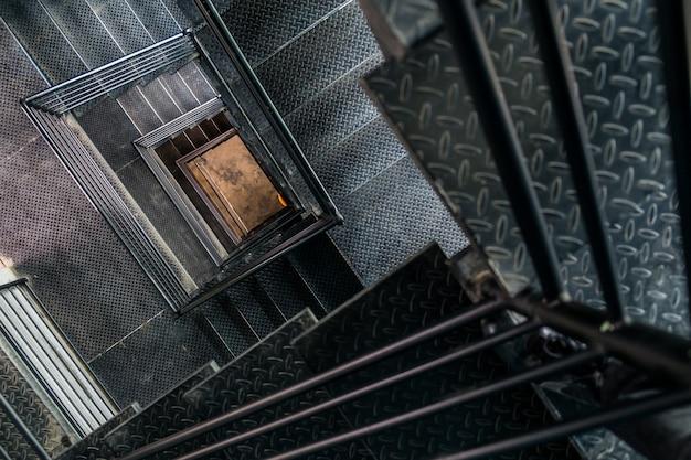 Vierkante stalen trappenhuis uitzicht vanaf de top. Premium Foto