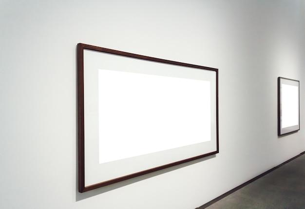 Vierkante witte vlakken die aan een muur in een kamer zijn bevestigd Gratis Foto