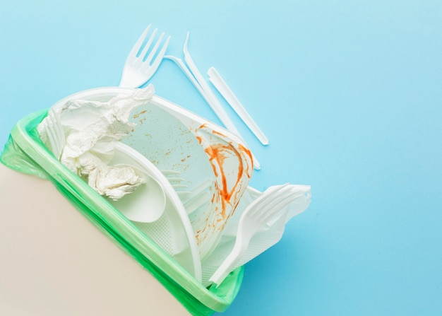 Vies wit bestek en borden in bak Gratis Foto