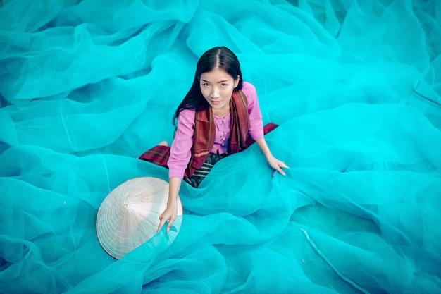 Vietnam vissers repareren visnetten vissers maken thaise visnetten schoon Premium Foto