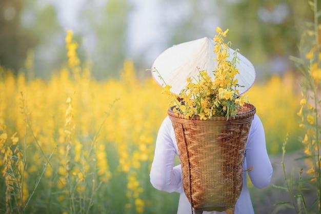 Vietnamees meisje met gele bloemen. Premium Foto