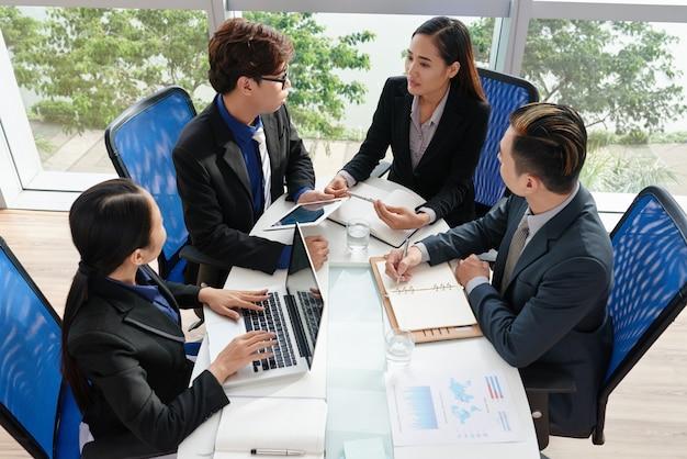 Vietnamese administratieve medewerkers gericht op werk Gratis Foto