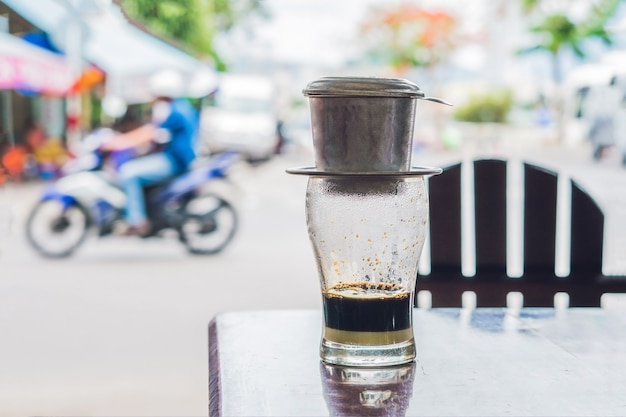 Vietnamese koffie in een straatcafé op het oppervlak van een weg Premium Foto