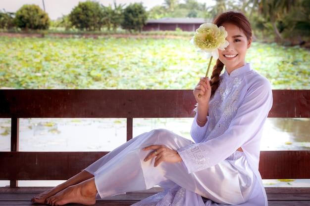 Vietnamese vrouw met grote lotus Premium Foto
