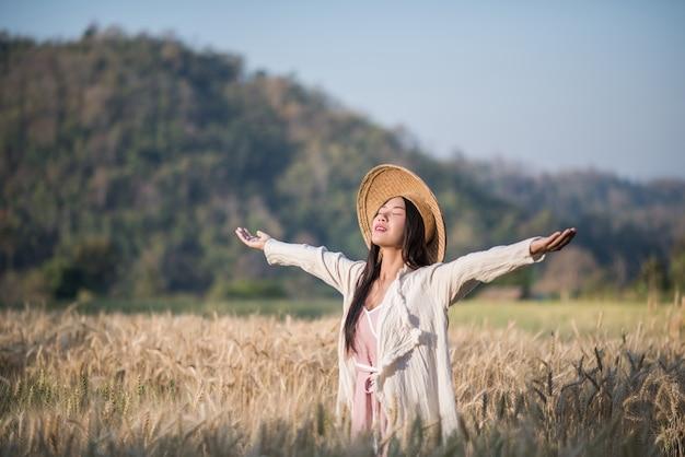 Vietnamese vrouwelijke boer tarwe oogst Gratis Foto