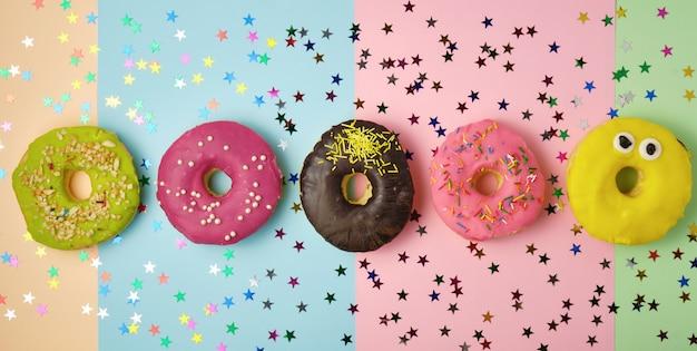 Vijf ronde donuts met verschillende vullingen en hagelslag Premium Foto