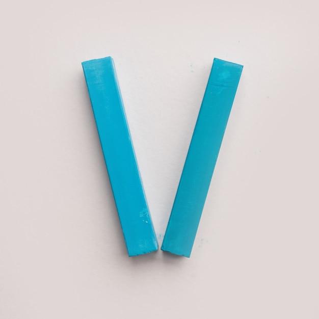 Vijf stukjes blauw pastelkrijt krijt Gratis Foto