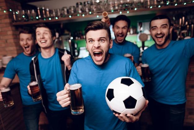 Vijf voetbalfans die bier het vieren in bar drinken. Premium Foto