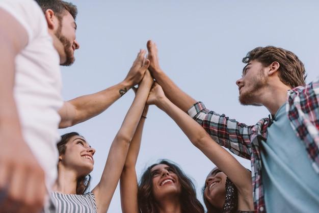 Vijf vrienden klappen handen Gratis Foto