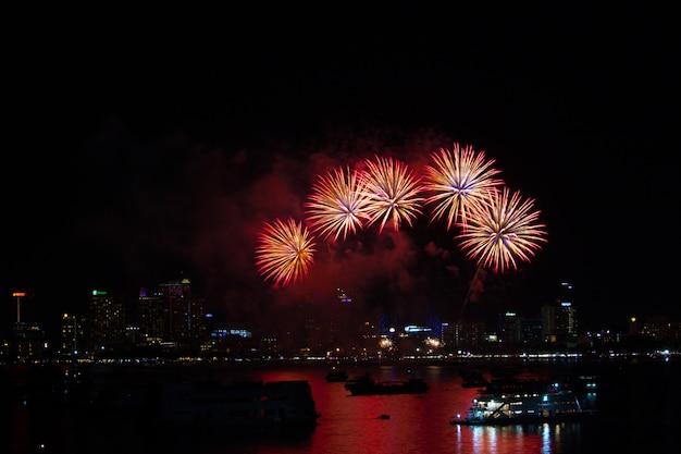 Vijf vuurwerk op strand en bezinningskleur op waterspiegel Premium Foto