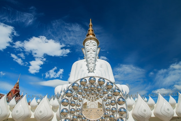 Vijf witte boeddhabeelden zitten in wat pha sorn kaew-tempel of wat phra thart pha kaew-tempel in khao kho, phetchabun, thailand Premium Foto