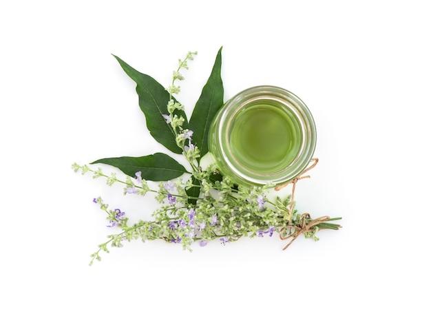 Vijfbladige kuisboom of vitex negundo bloemen en extract olie uit groene bladeren in een fles geïsoleerd op wit Premium Foto