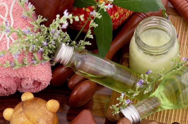 Vijfbladige kuisboom of vitex negundo-bloemen en massageolie van groene bladeren in een fles die op wit wordt geïsoleerd. Premium Foto