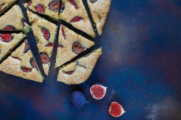 Vijgencake met verse vijgen op donker Gratis Foto