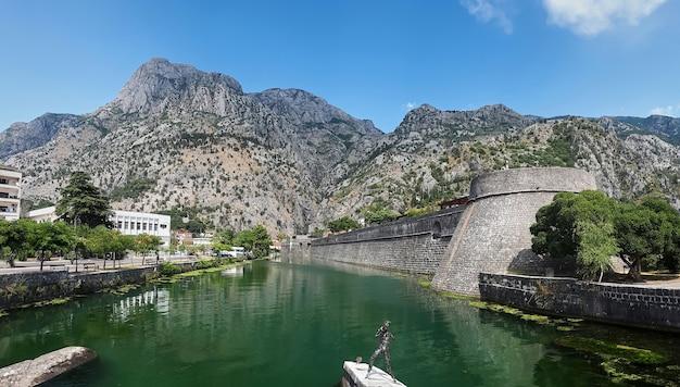 Vijver dichtbij de kampana-toren in kotor, montenegro Gratis Foto
