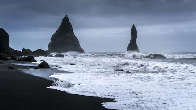 Vik en basaltkolommen, black sand beach in ijsland. Gratis Foto