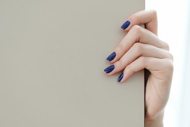 Vingers, verzorgde nagels Gratis Foto
