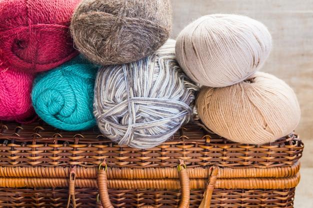 Vintage ambachten rieten borst, clews, ballen van multi-color wol garen Premium Foto