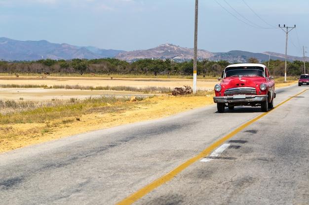 Vintage auto rijden in cuba Premium Foto