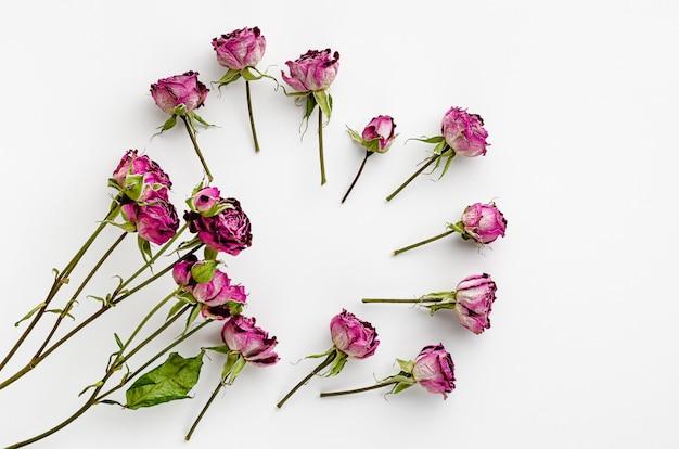 Vintage bloemen gemaakt van gedroogde rozen op wit. plat liggen Premium Foto
