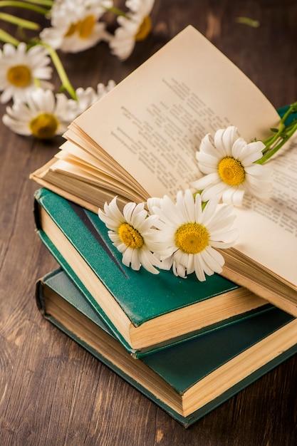 Vintage boeken en camomiles op houten achtergrond Premium Foto