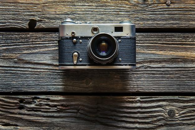 Vintage camera op houten achtergrond Premium Foto