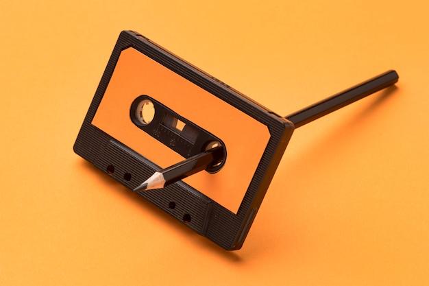 Vintage cassettebandje met potlood voor magnetische opnamefilm Gratis Foto