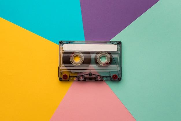 Vintage cassettebandje op kleurrijke achtergrond Gratis Foto