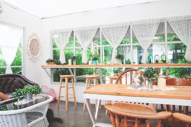 Vintage en gezellige eigengemaakte bakkerijcafé. Premium Foto