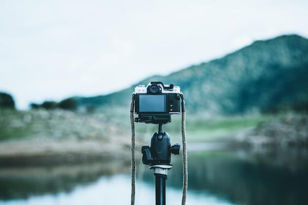 Vintage fotocamera staat op statief in het rustige bos. Premium Foto