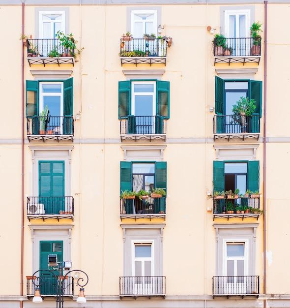 Vintage gebouw gevel muur. ramen en deuren op gekleurde muur. vastgoedconcept Premium Foto