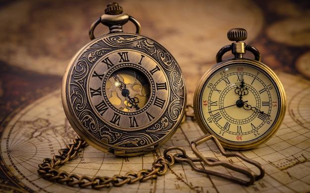 Vintage horloge ketting op oude wereldkaart Premium Foto