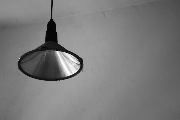 Vintage lamp in de kamer - zwart-wit Premium Foto
