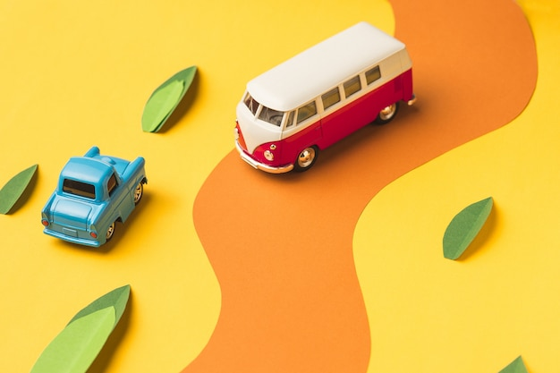 Vintage miniatuur auto en bus in trendy kleur, reizen concept Gratis Foto