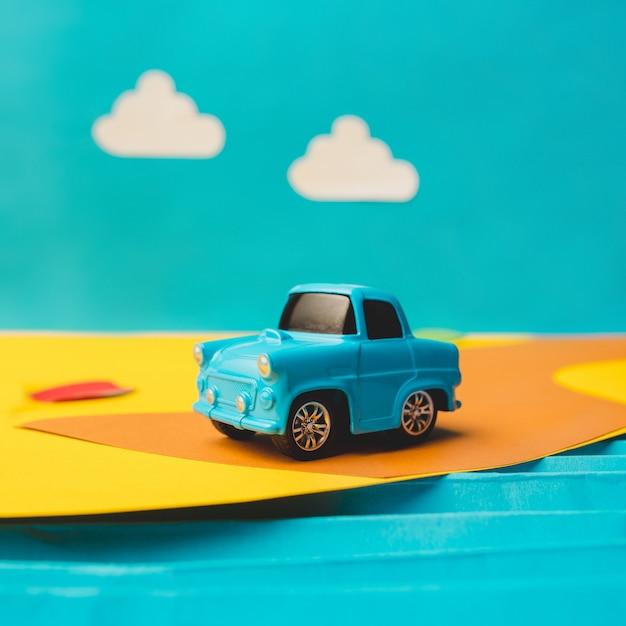 Vintage miniatuur auto in nep landschap Gratis Foto