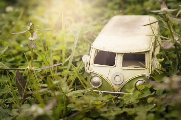 Vintage miniatuur busje in de natuur. reizen en vakantie concept, ondiepe scherptediepte samenstelling. Premium Foto